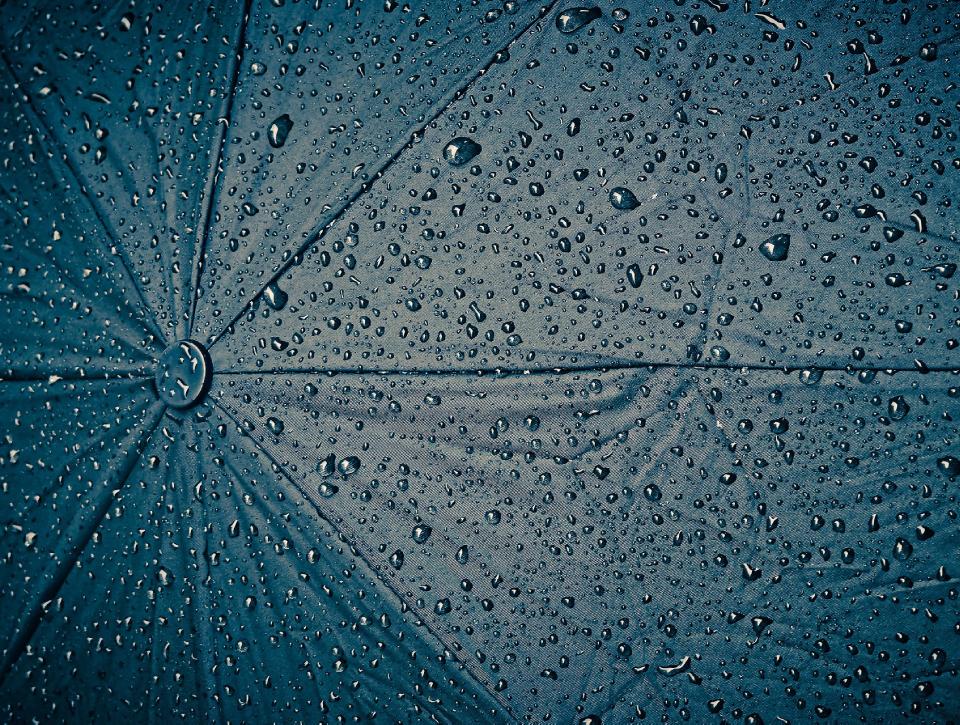 Guarda-chuva cheio de gotas
